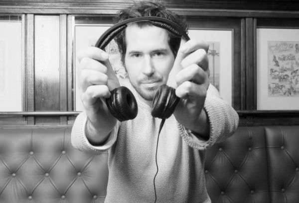 Hochzeits und Event DJ Markus Rosenbaum mit einem Sennheiser HD 25 Kopfhörer.