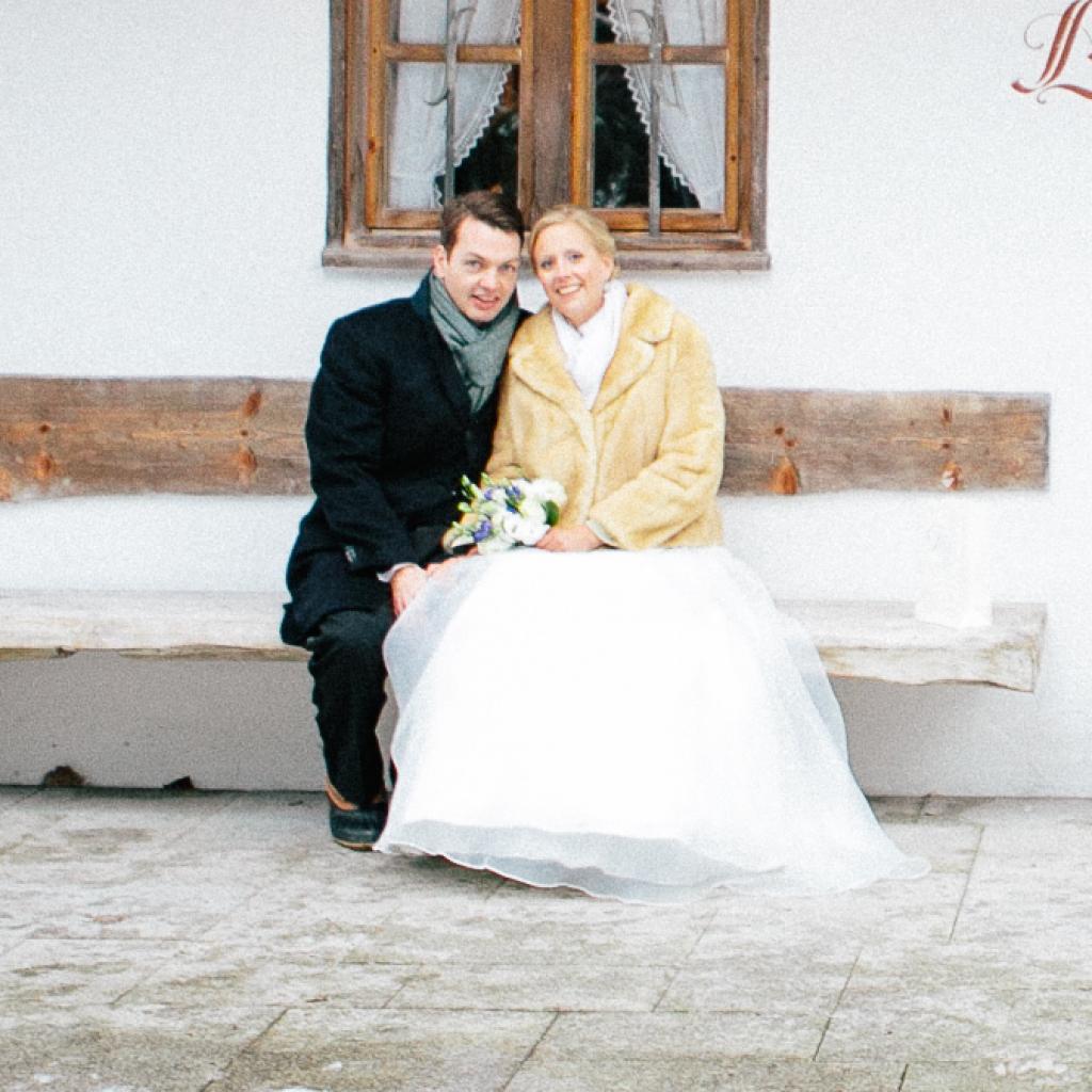 Zufriedenes Brautpaar, das DJ Markus Rosenbaum für seine Traumhochzeit am Tegernsee gebucht hat.