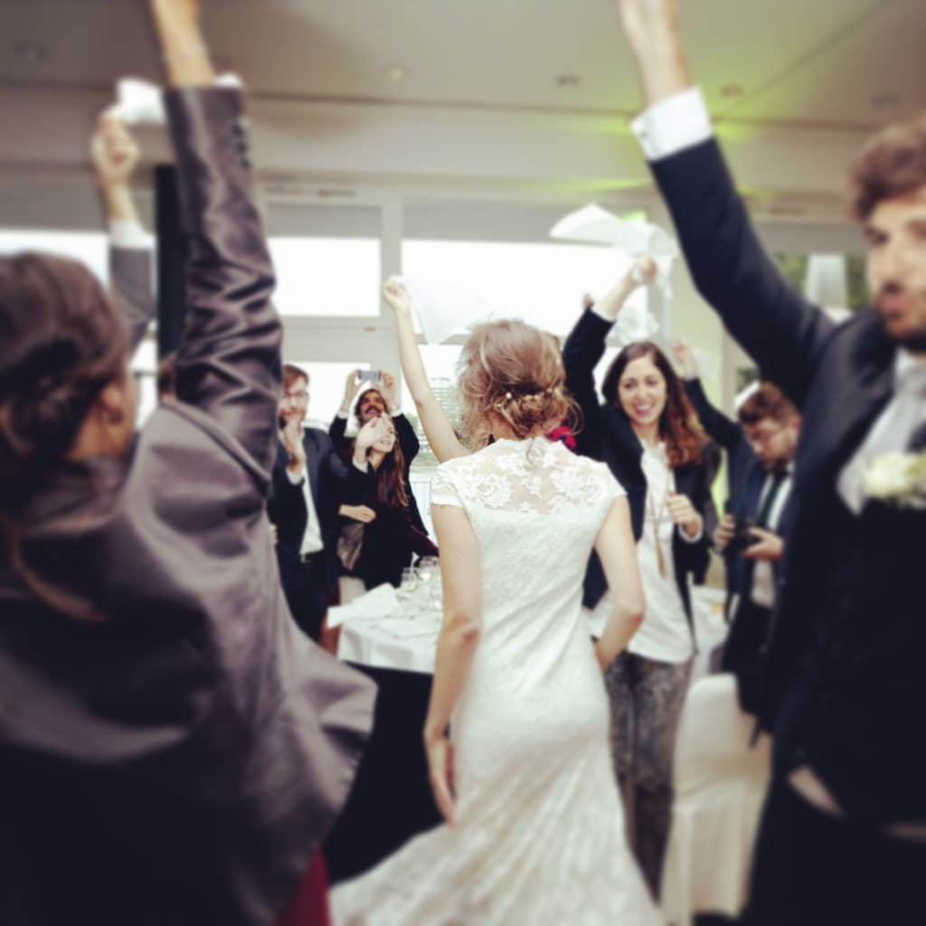 Die Hochzeitsgäste machen in den Rheinterrassen Party zu der Musik von DJ Markus Rosenbaum.