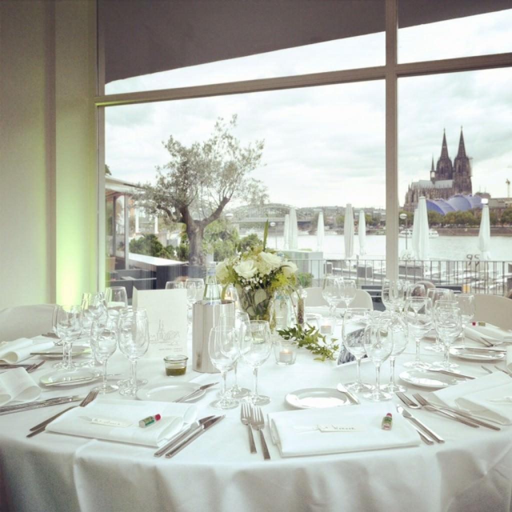 Edle weiße Tischdeko bei einer Deutsch-Französischen Hochzeit in den Rheinterrassen.