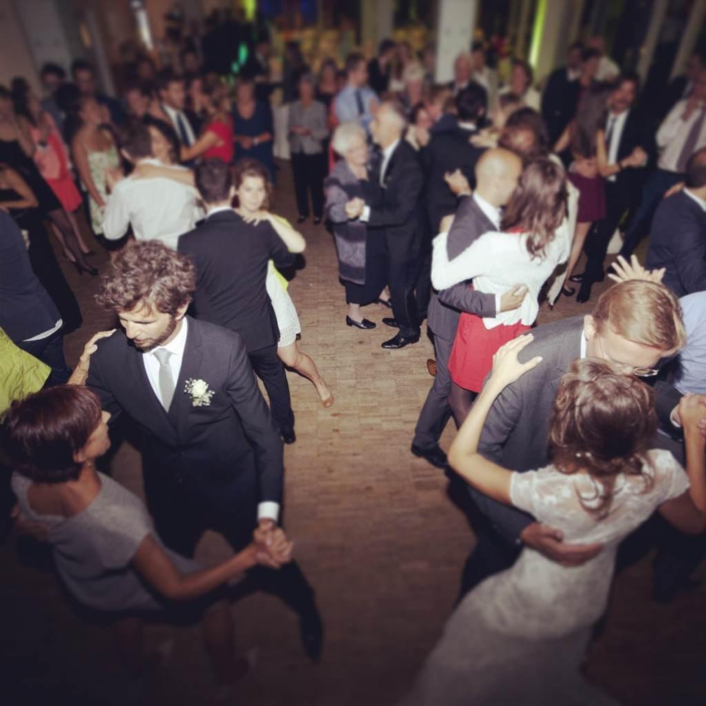 Die Hochzeitsgäste tanzen auf der Tanzfläche der Rheinterrassen zu der Musik von DJ Markus Rosenbaum.