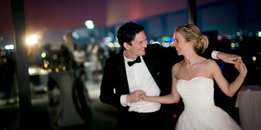 Das glückliche Brautpaar während dem Hochzeitstanz bei seiner Hochzeitsfeier in der Zeche Zollverein in Essen.