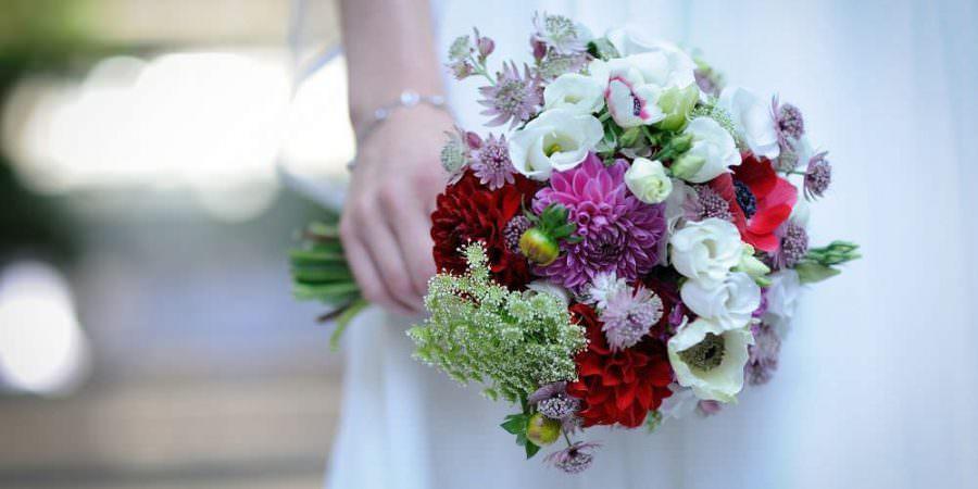 Wunderschöner Brautstrauss in Weiß, Lila und Rot einer Vintage Hochzeit in Köln.