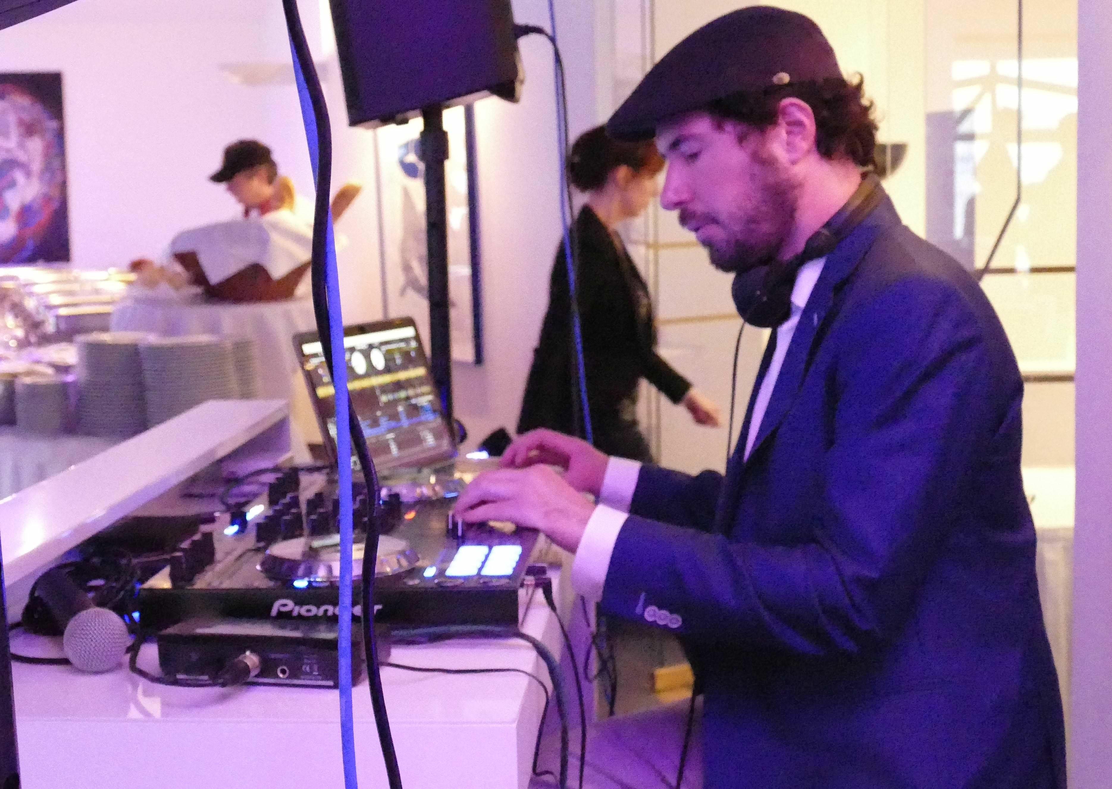 DJ Markus Rosenbaum legt Musik bei einer Hochzeitsfeier in der Location Die Bastei in Köln auf.