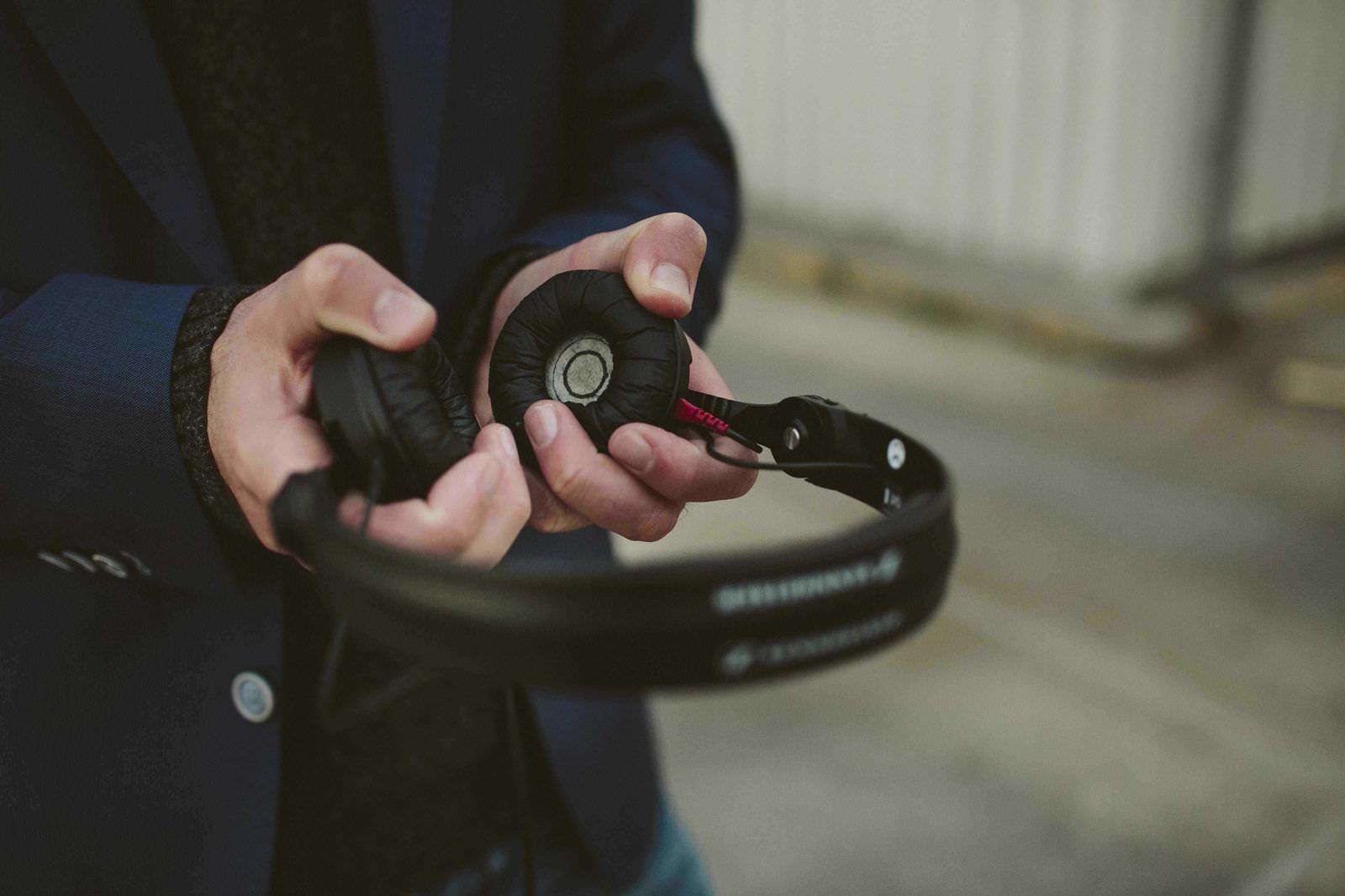 Hochzeits und Event DJ Markus Rosenbaum mit Kopfhörer in der Hand