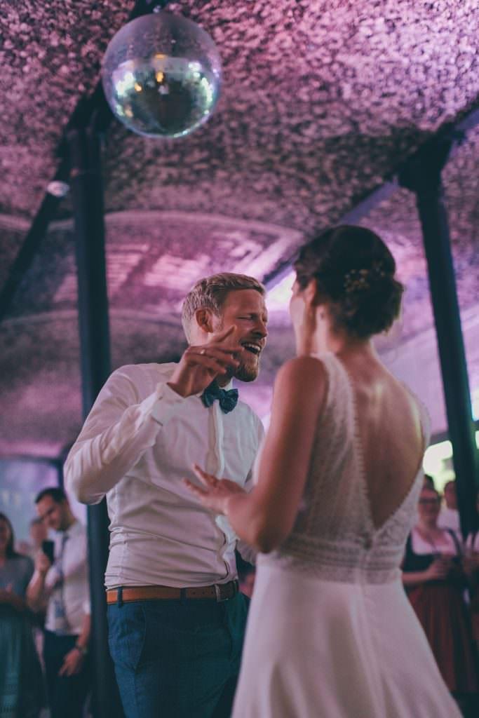 ein Hochzeitspaar tanzt einen Freestyle Eröffnungstanz bei seiner Hochzeitsparty