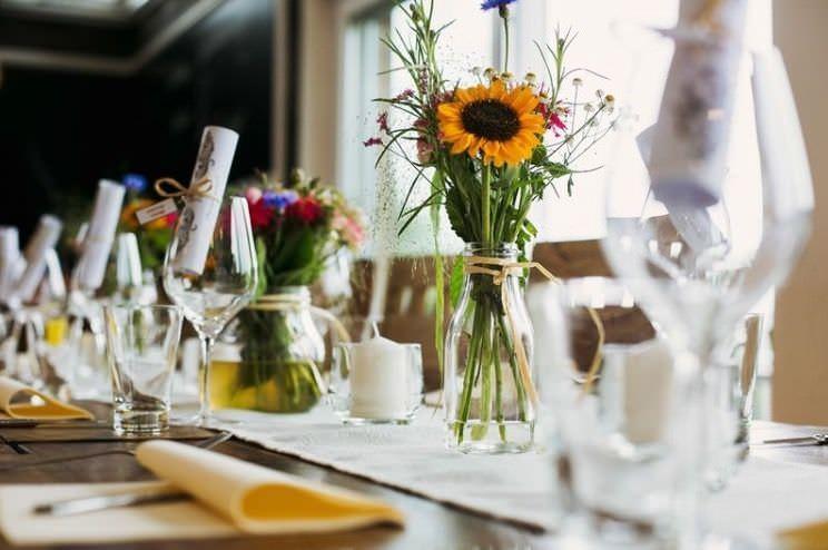 Mit Blumen gedeckter Hochzeitstisch in der Hochzeitslocation Das Trüffelschwein bei Düsseldorf