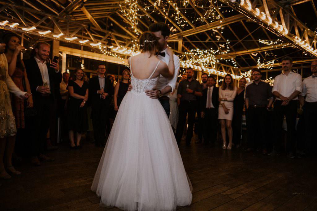 Foto eines Brautpaares beim Hochzeitstanz