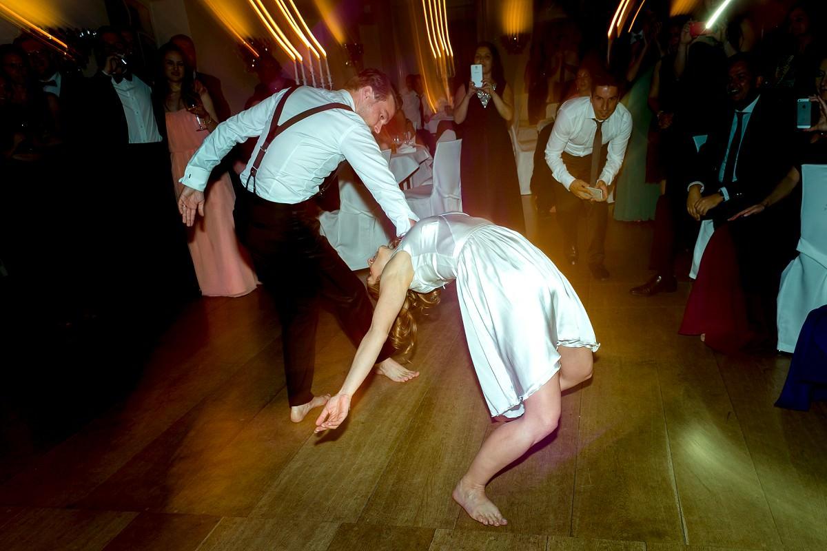 Hochzeitspaar tanzt ausgelassen