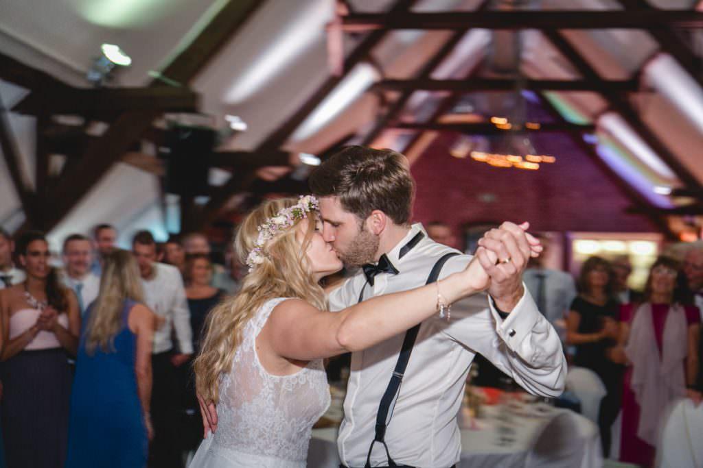 Hochzeitspaar küsst sich beim Eröffnungstanz