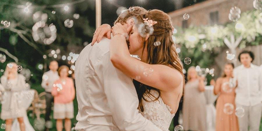 Inniges Brautpaar während des Hochzeitstanzes