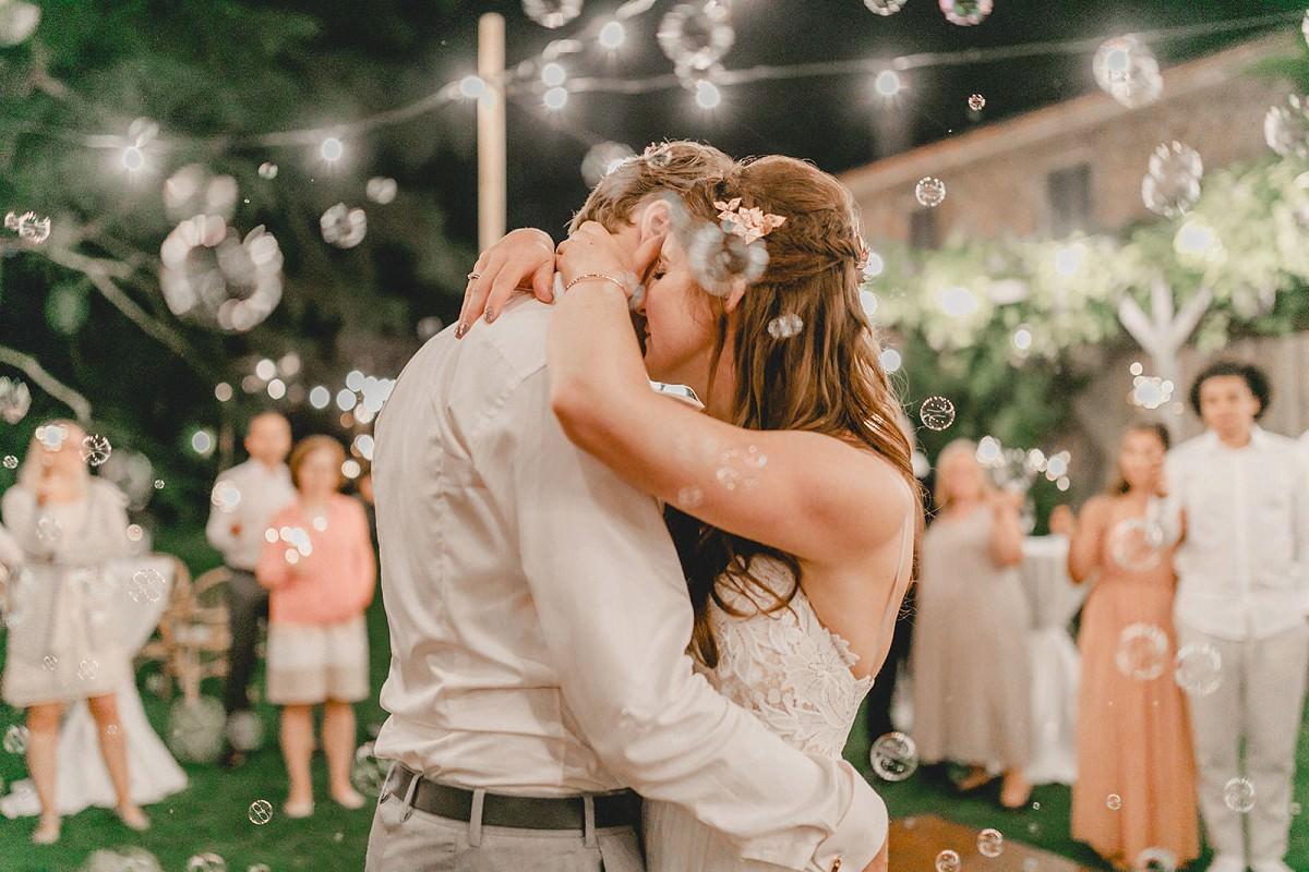 brautpaar waehrend des Hochzeitstanzes