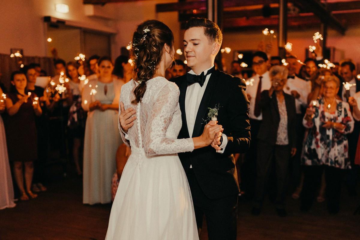 Foto eines Brautpaares, das Walzer tanzt