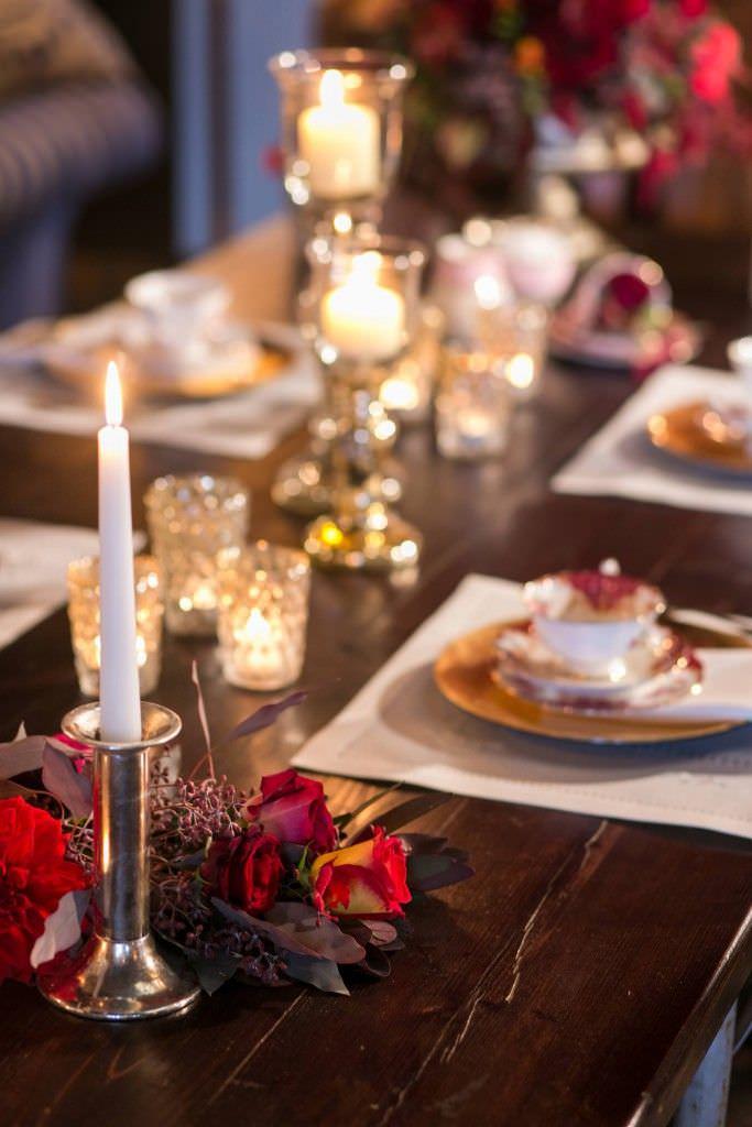 Hochzeitstischdeko mit Vintage Geschirr und Kerzen