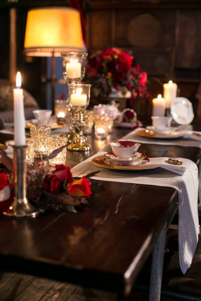 Hochzeitstischdeko mit Vintage Porzellan und Tischläufer aus Spitze
