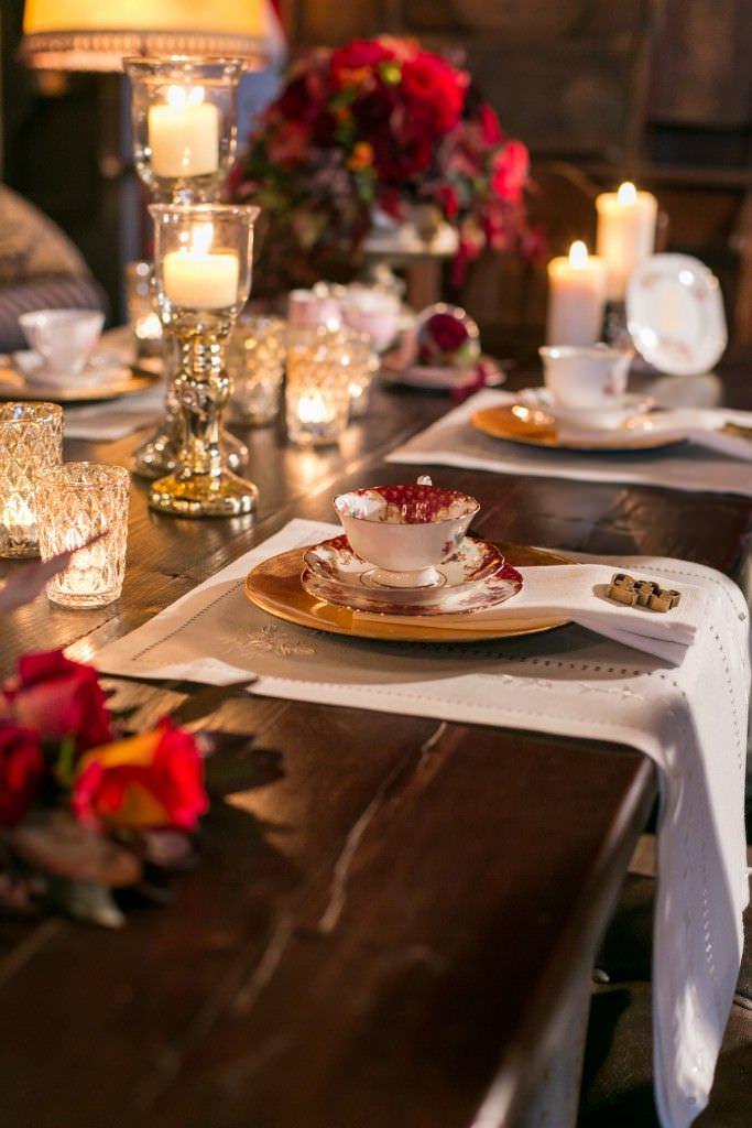 Vintage Geschirr bei einer Hochzeitstischdeko
