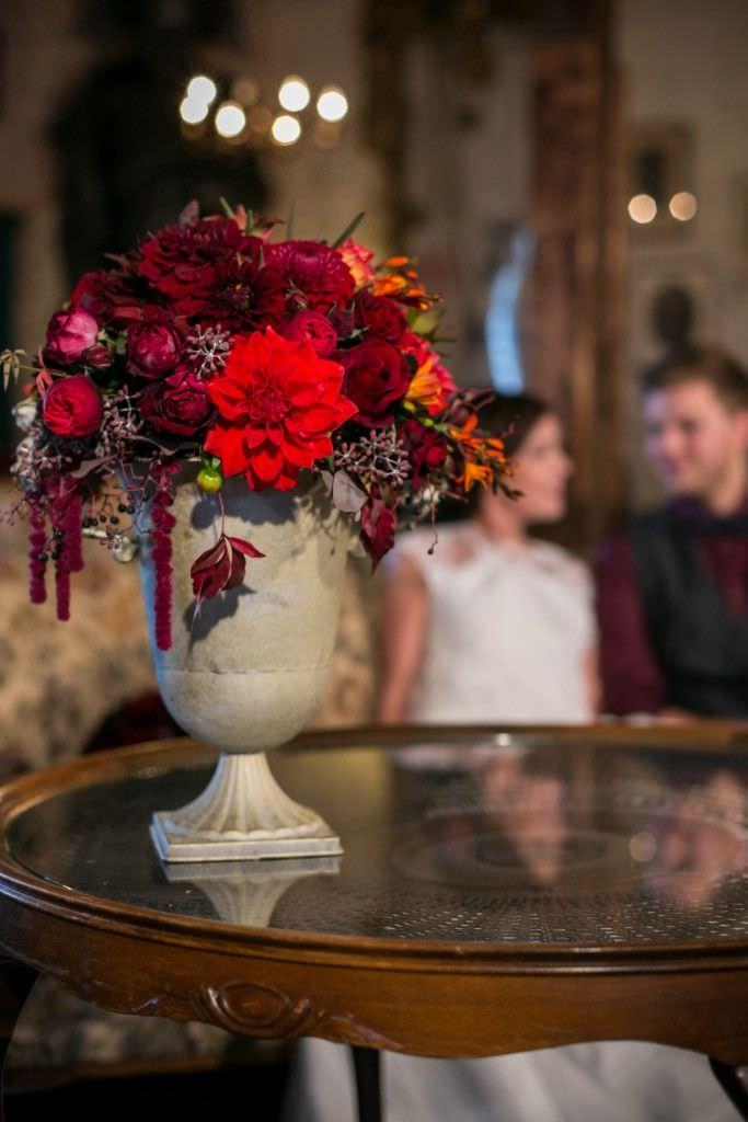 Hochzeitsdeko mit Blumen in verschiedenen Rottönen