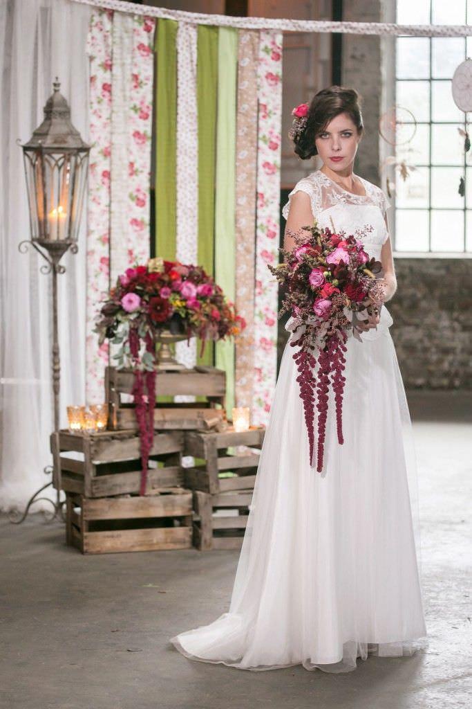 Brautstrauß im Vintage-Stil mit Blumen in Rot und Rosa