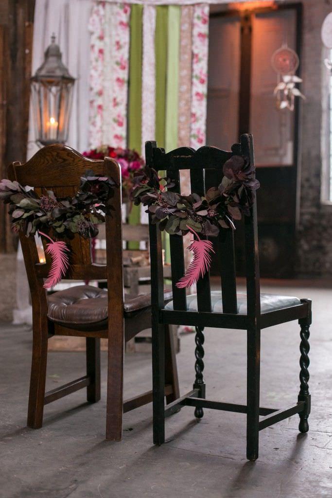Traustühle mit Greenery Kranz und Federn in Pink