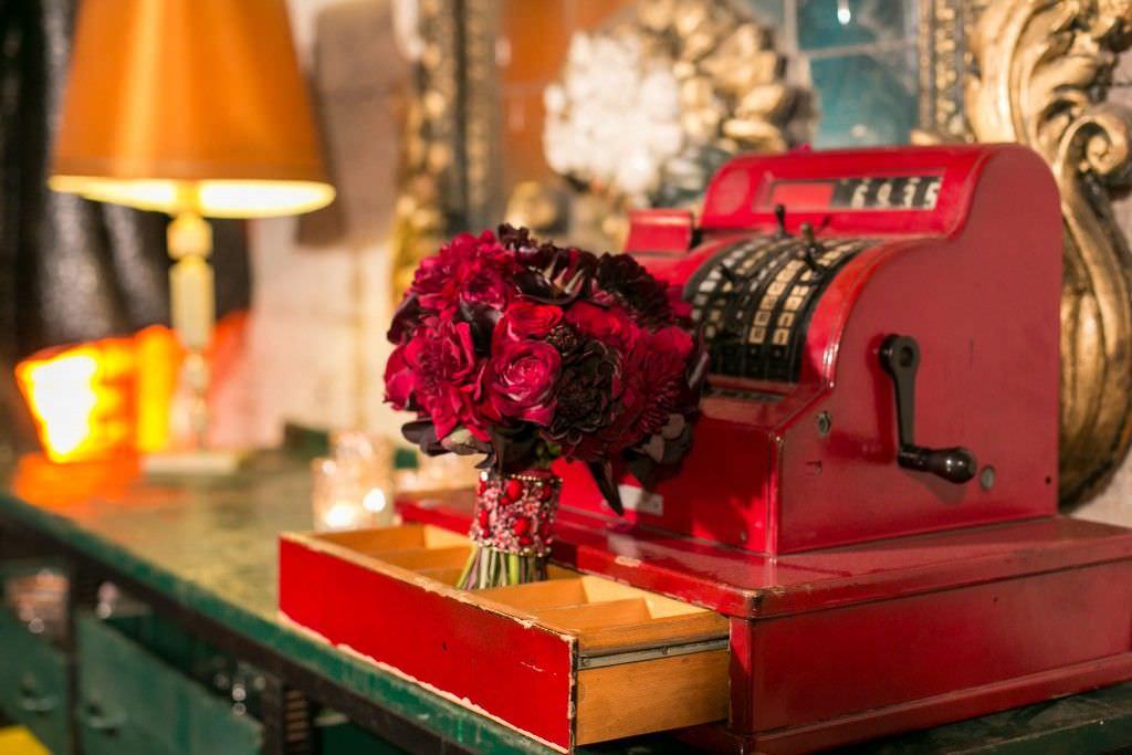 Brautstrauß mit roten Rosen und Dahlien