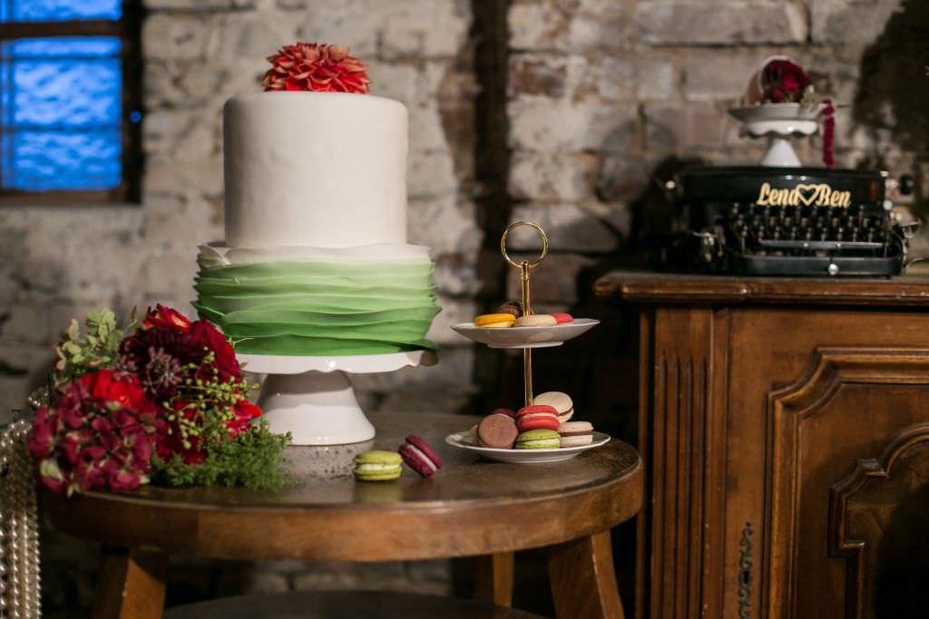 Hochzeitstorte in Weiß und Grün mit Blumen Cake Topper