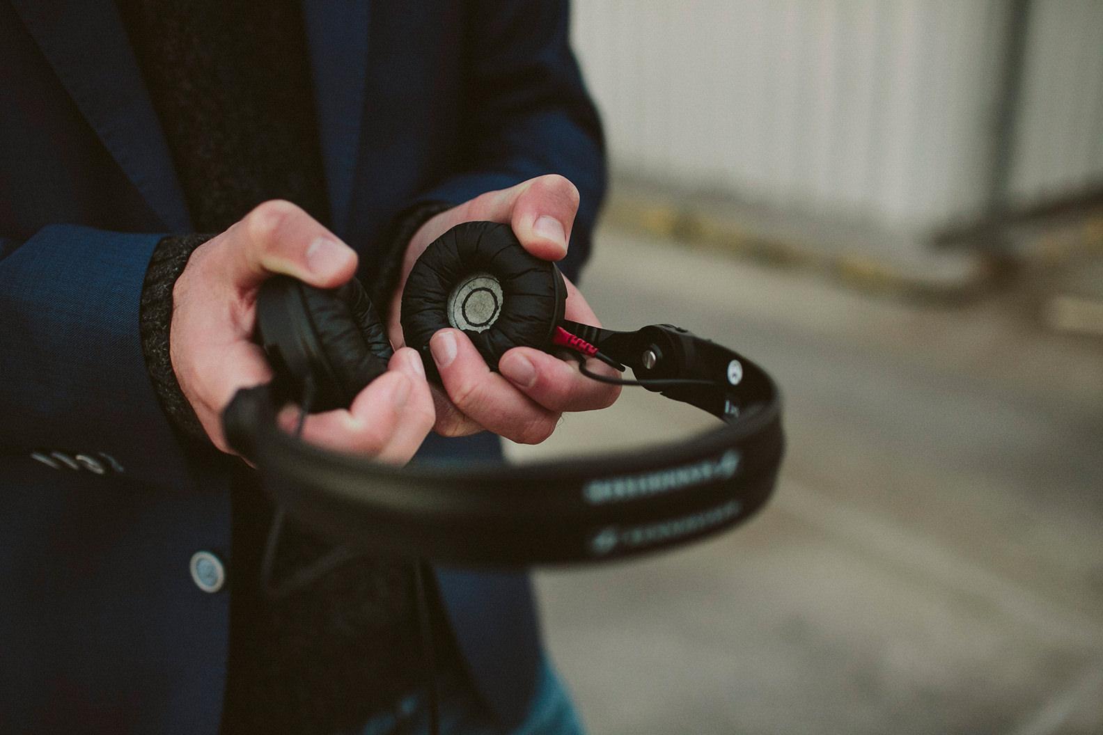 Hochzeits- und Event-DJ Markus Rosenbaum hält Kopfhörer in den Händen