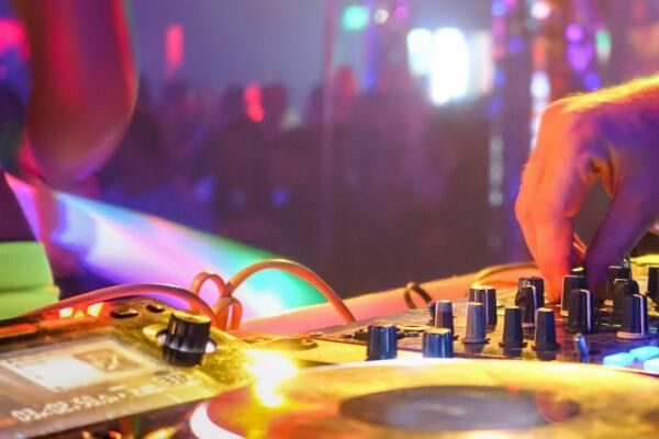 Hochzeits-DJ Tipps: Den richtigen DJ für eure Hochzeit finden