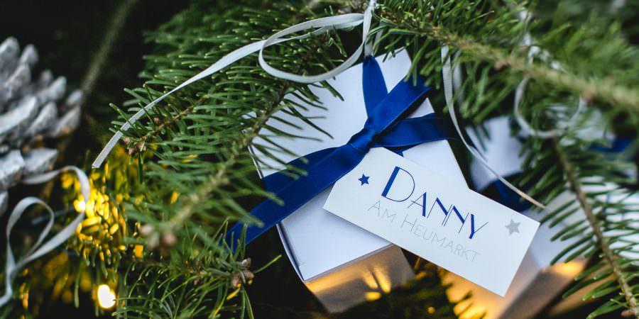 Heiraten im Winter: Gastgeschenke am Weinachtsbaum