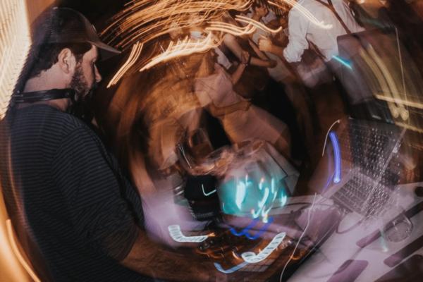 Hochzeits-DJ Tipps: So erkennst du professionelle Sound- & Lichttechnik bei deinem Hochzeits-DJ