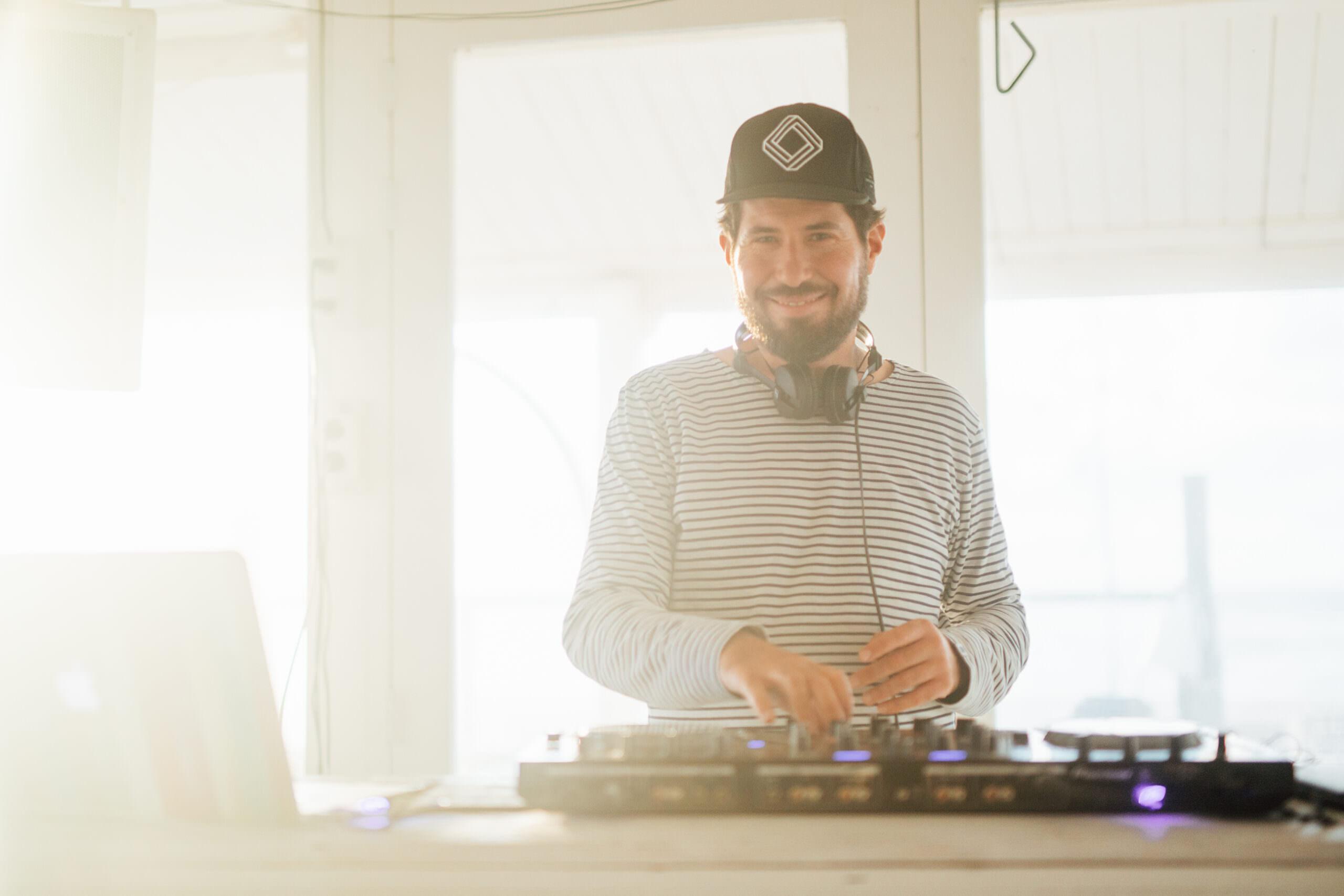 Hochzeits- und Event-DJ Markus Rosenbaum hinter dem Mischpult
