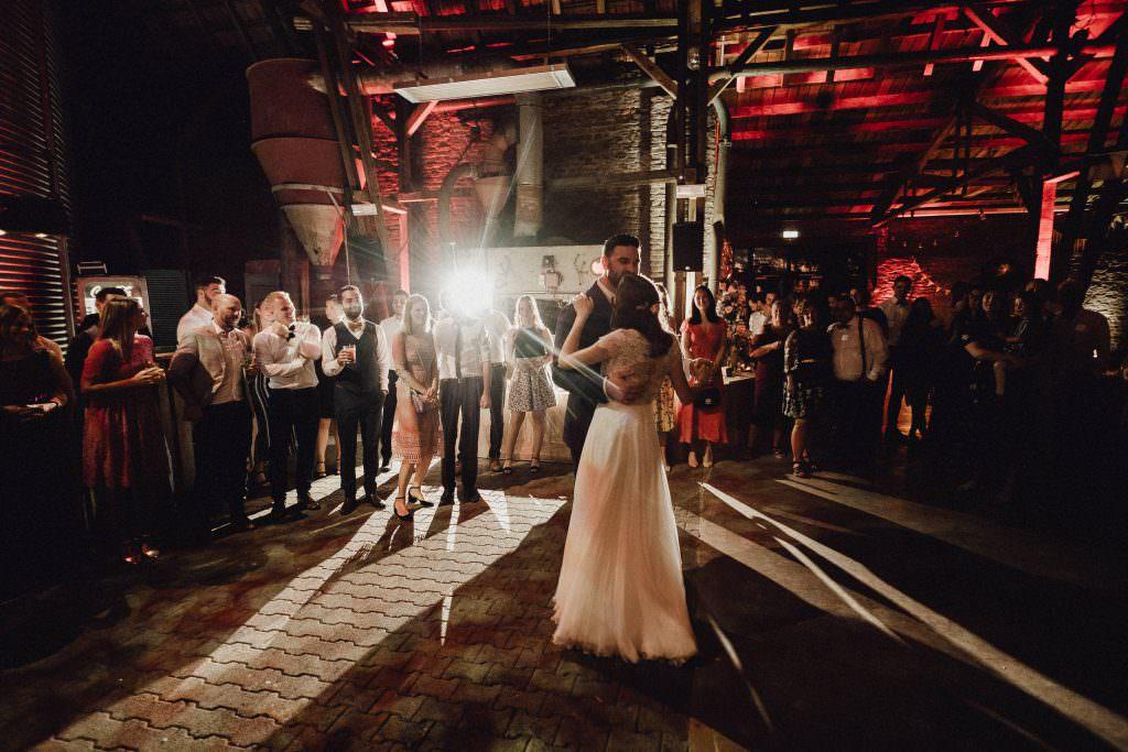 Hochzeitstanz bei einer Hochzeit in der Kornscheune