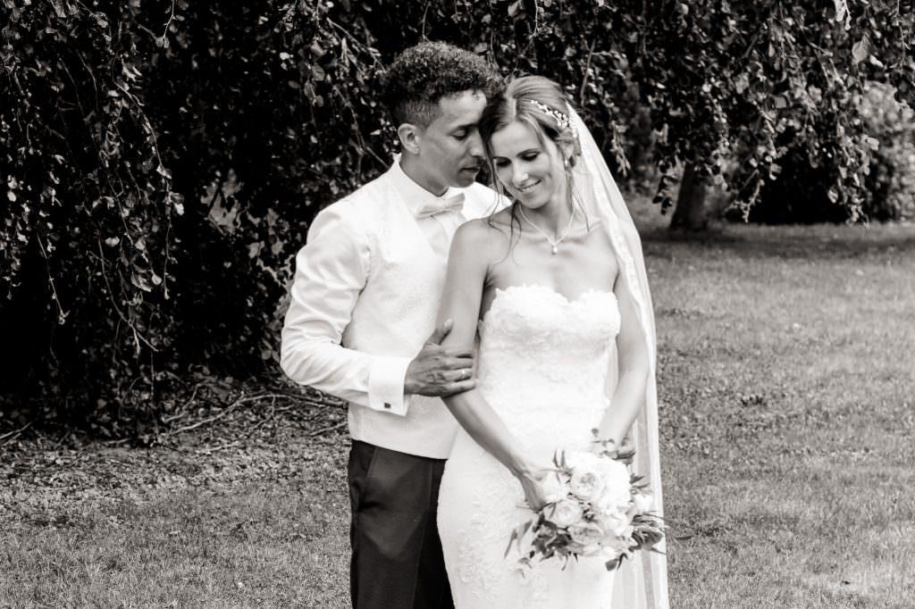 romantisches Paarfoto in schwarz-weiss