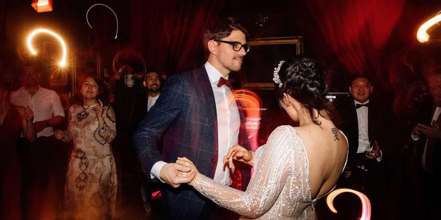 Hochzeit Gare du Neuss: Das Brautpaar beim Hochzeitstanz