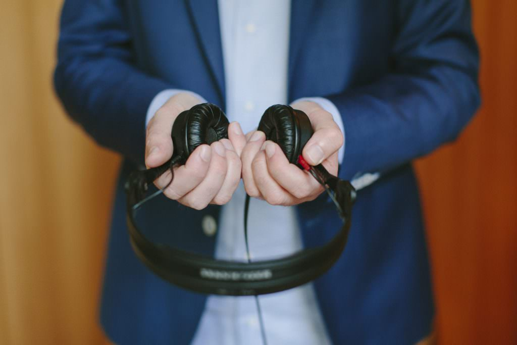 DJ Markus Rosenbaum hält seine Headphones in den Händen