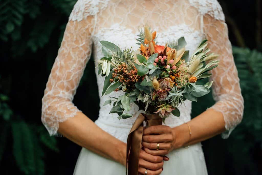 Moderner Brautstrauß mit Gräsern, Eukalyptus und Blumen in Orange