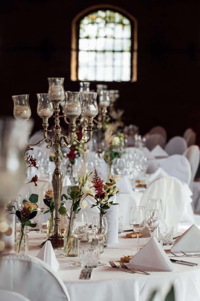 Hochzeit Gutshof Ladenburg: Festsaal mit gedeckten Tischen