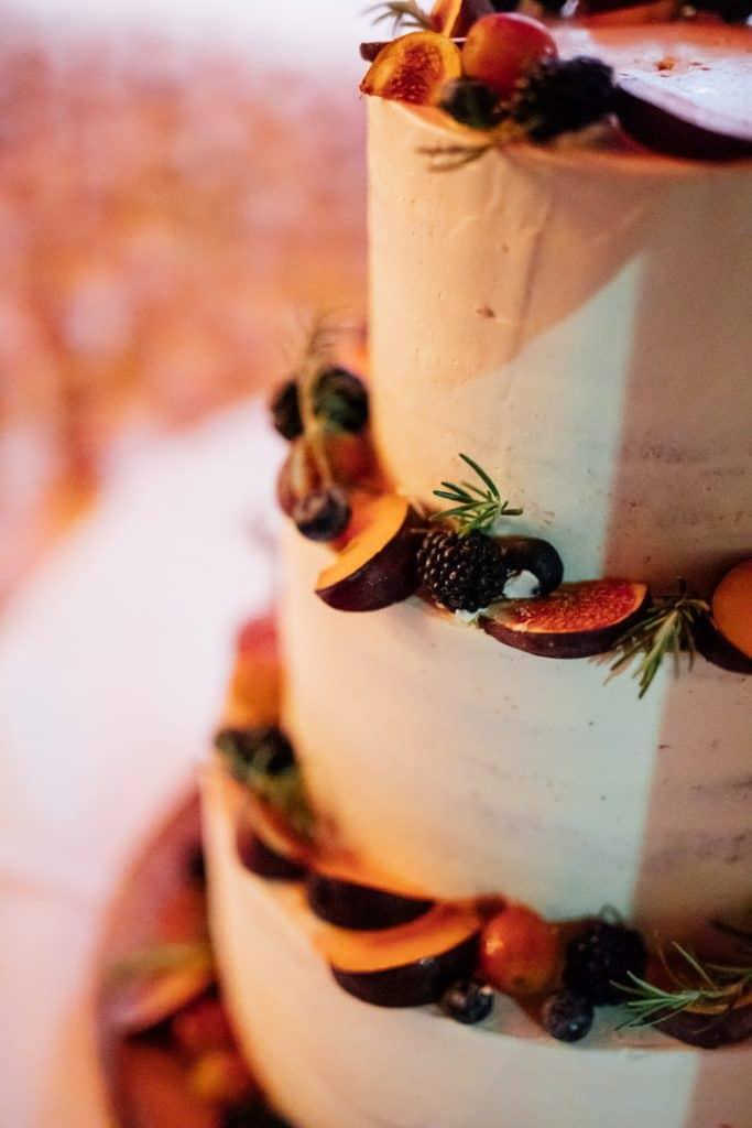 Hochzeit Gutshof Ladenburg: Hochzeitstorte mit Feigen, Brombeeren und Pflaumen