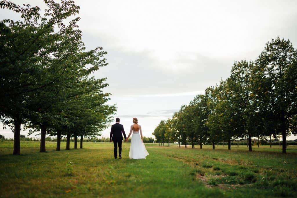 Hochzeit Gutshof Ladenburg: Paarfoto im Park