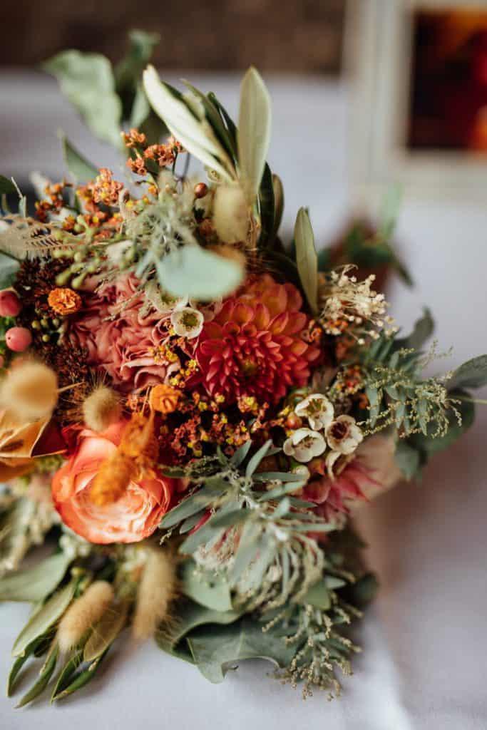 Brautstrauß mit Rosen, Dahlien und Olivenzweigen