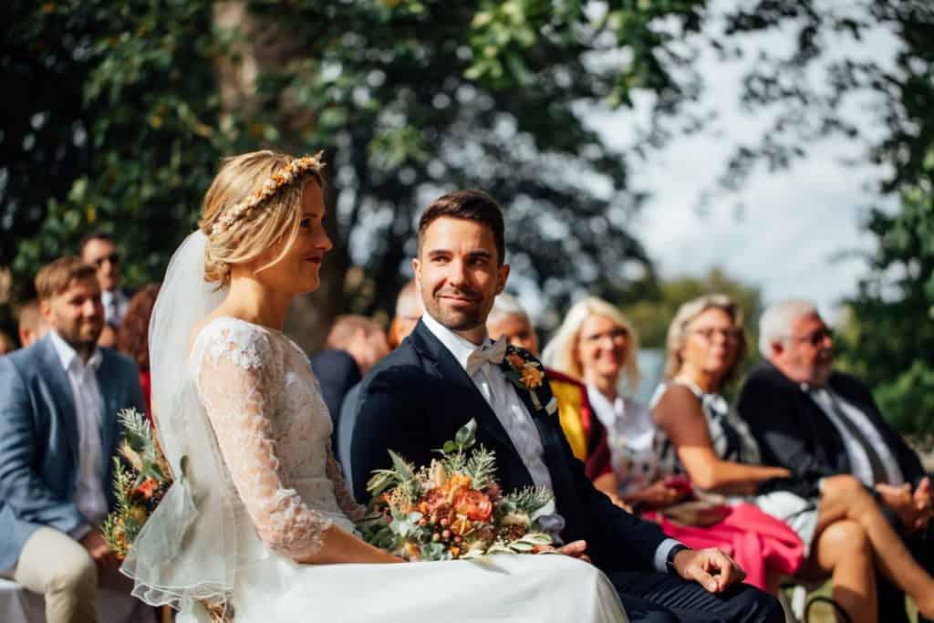 Freie Trauung Gutshof Ladenburg: Das Brautpaar während der Trauzeremonie