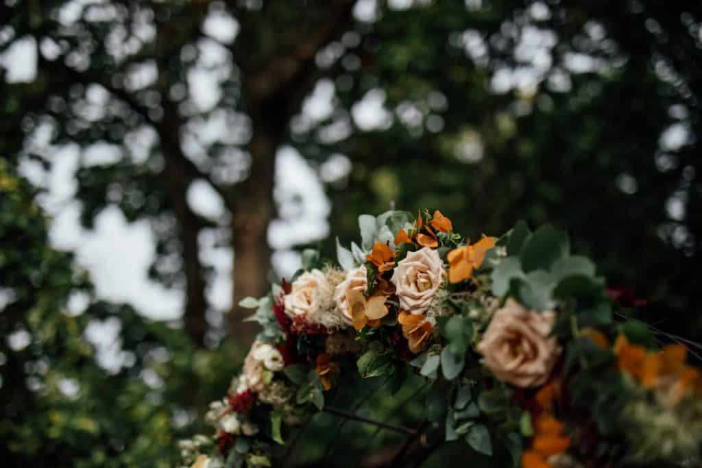 Hochzeit Gutshof Ladenburg: Blumenbogen mit Eukalyptus und Rosen
