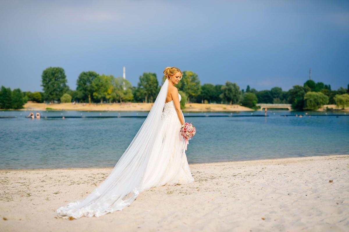 Hochzeit Seepavillon Köln: Brautfoto am Strand