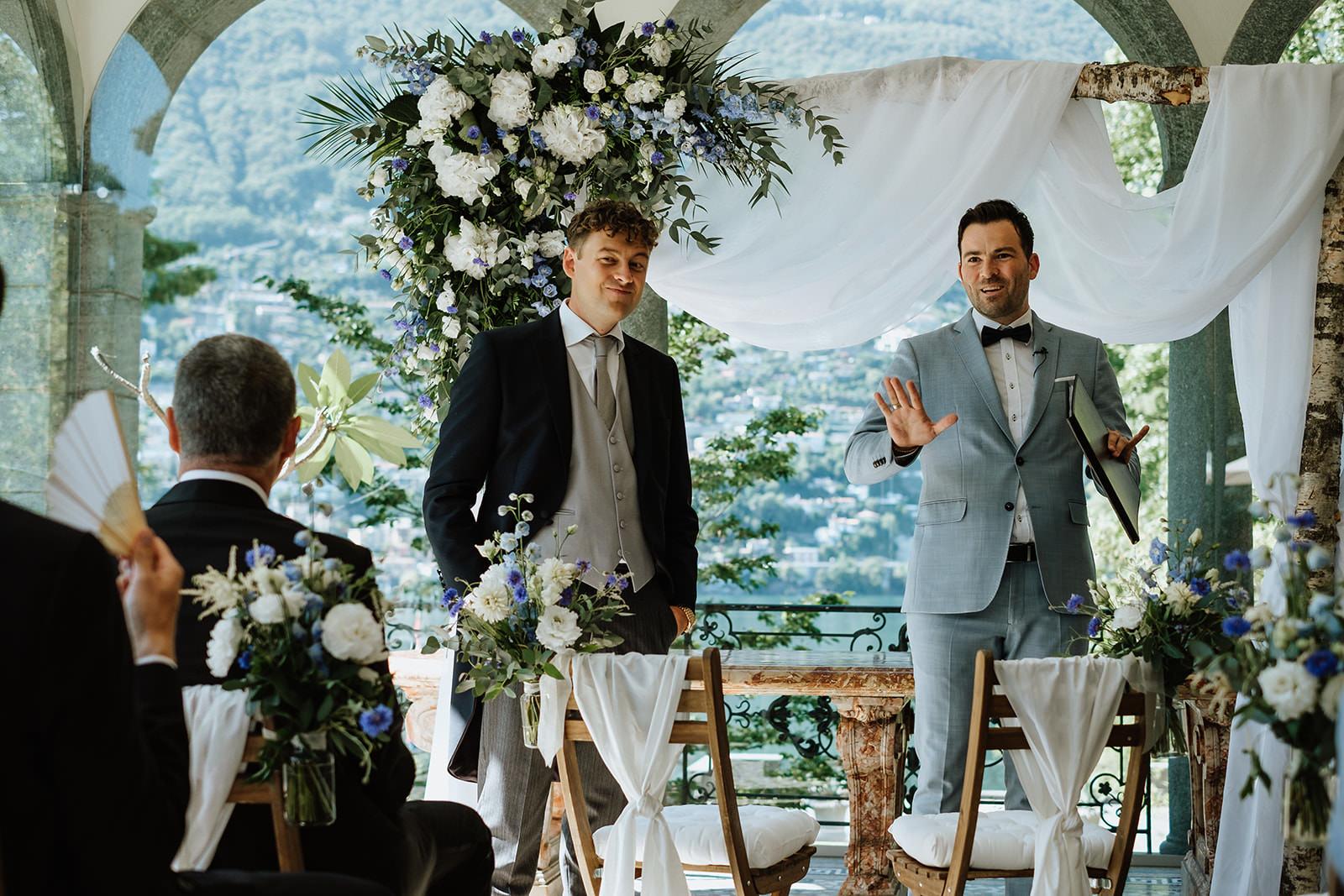 Trauredner NRW: Martin Fett spricht vor der Trauzeremonie zu den Hochzeitsgästen
