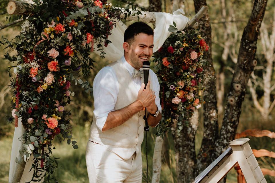 Hochzeitsredner martinredet bei einer Outdoor Trauzeremonie