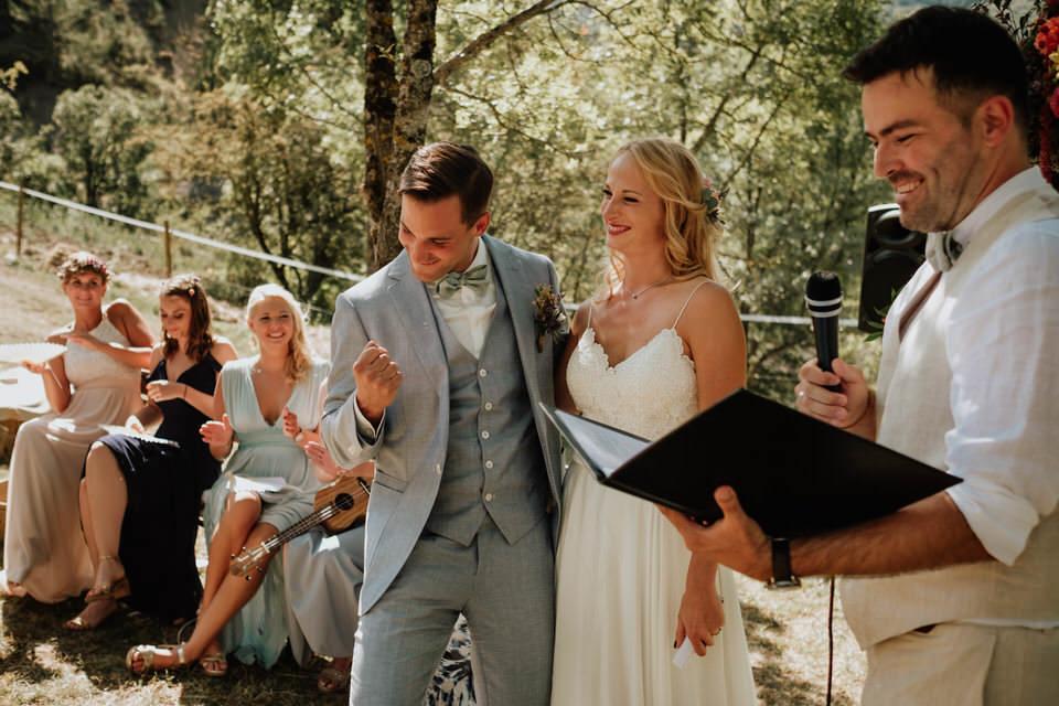 Hochzeitsredner martinredet mit einem Brautpaar während einer Freien Trauung draußen