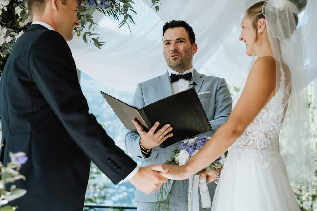 Der Freie Redner Martin Fett traut ein Brautpaar während einer Freien Trauung draußen.