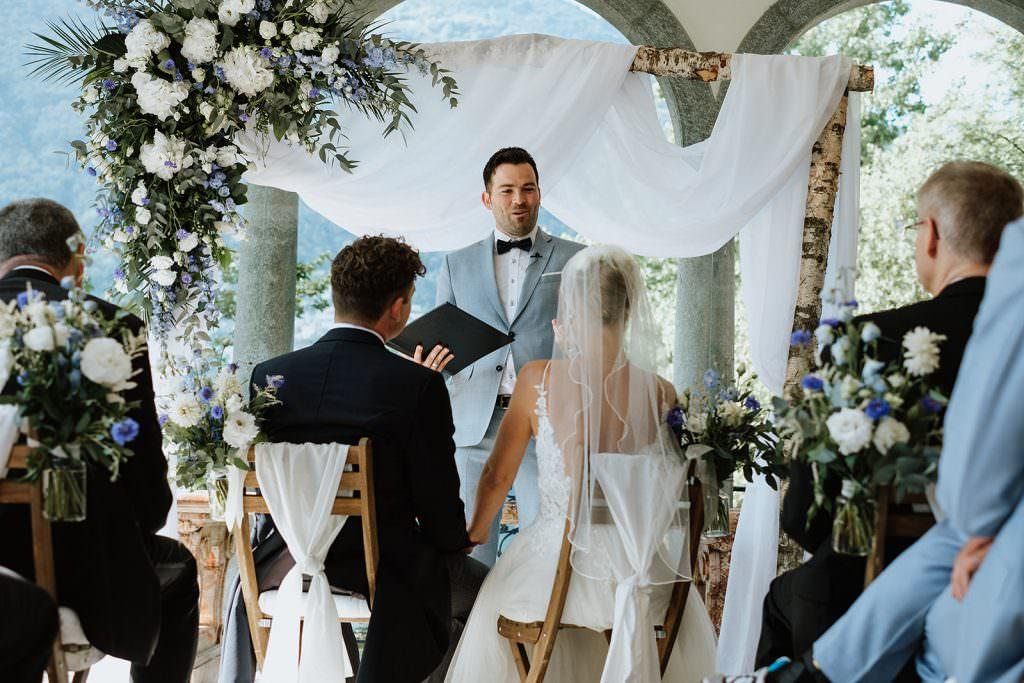 Hochzeitsredner martinredet während einer Freien Trauung draußen