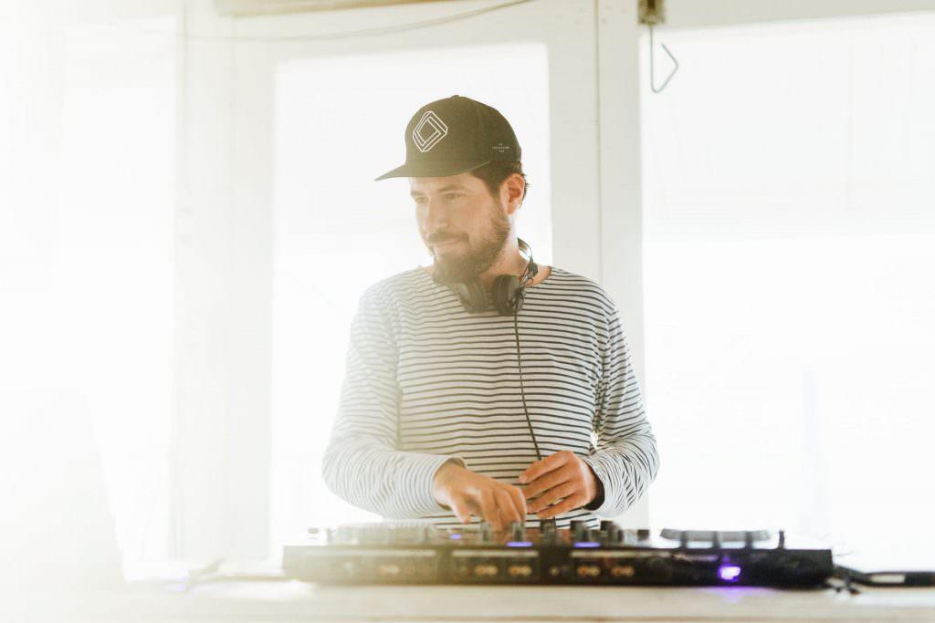 DJ Markus Rosenbaum steht am Mischpult