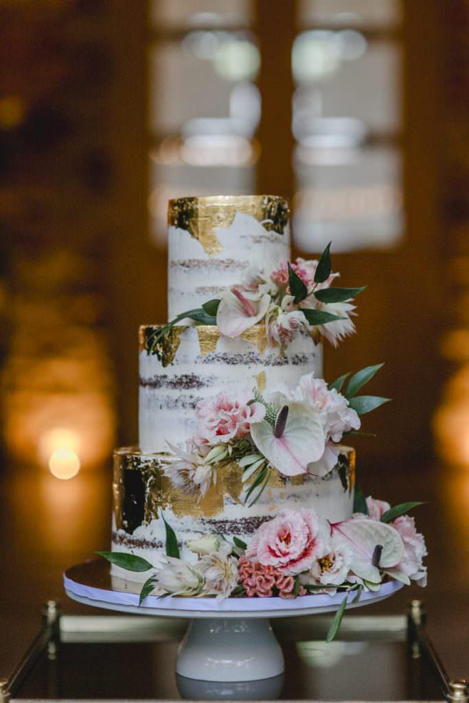 3-stöckige Hochzeitstorte im Undone-Look mit Blattgold und zauberhafter Blumendeko