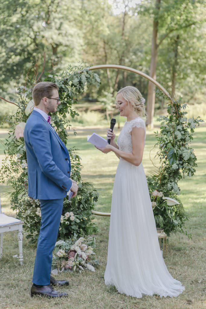 Corona-Hochzeit im Rittergut Orr: Das Brautpaar bei der Freien Trauung draußen